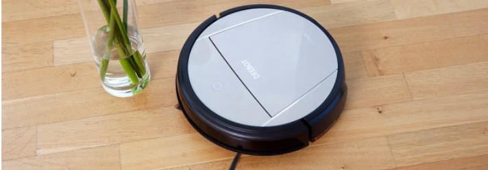 Saugroboter Deebot saugt auf Parkettboden